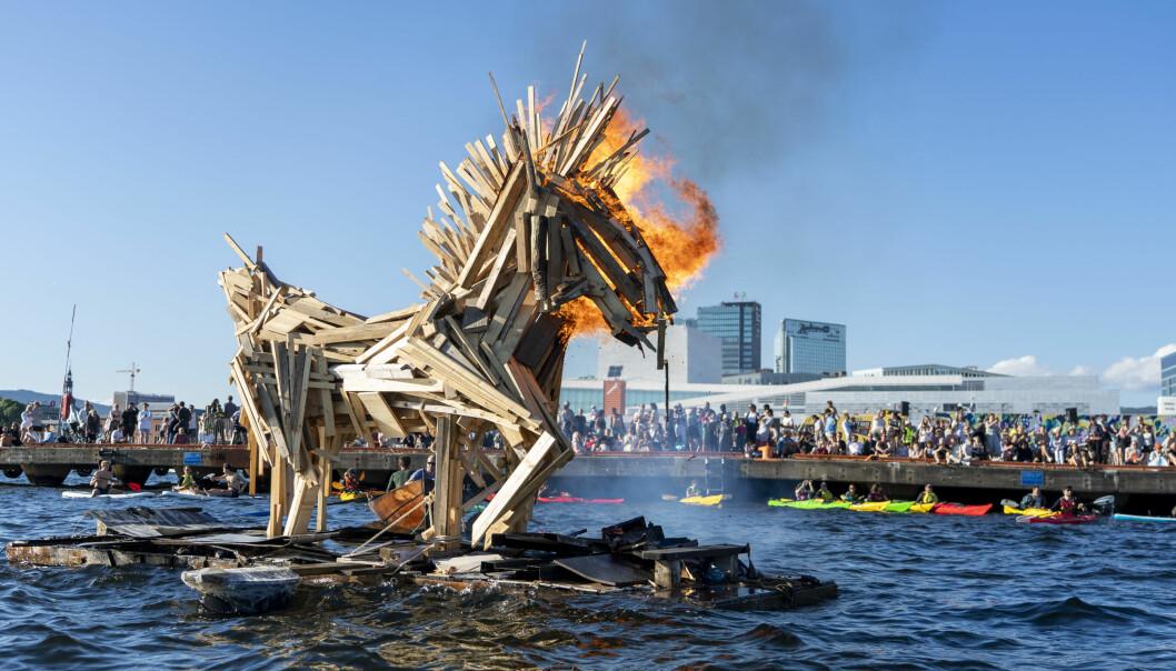 Den store sankthanshesten gjorde sankthansfesten spektakulær. Mange hadde møtt fram for å se hesten, som er laget av gjenbruksmaterialer, gå opp i røyk. Foto: Terje Pedersen / NTB