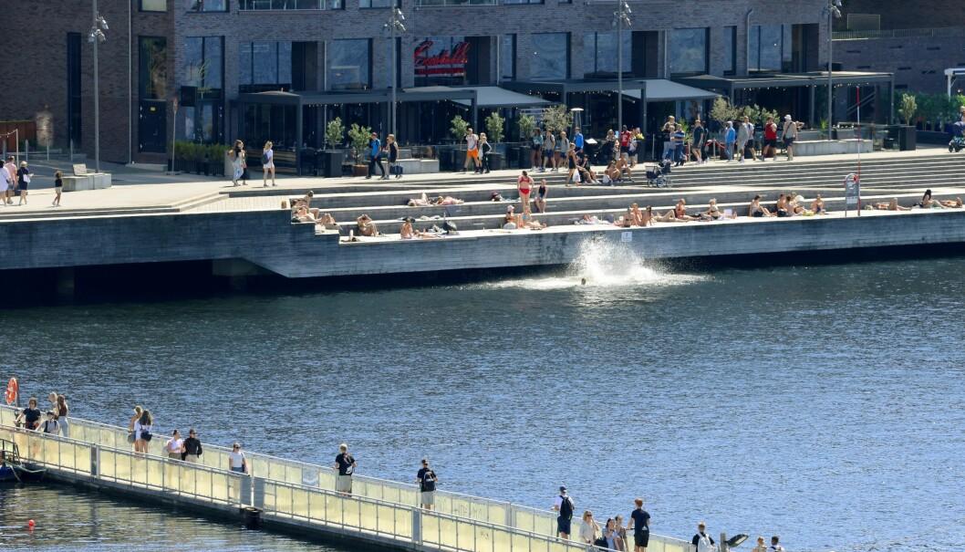 Folk nøt sola i Oslo denne uka, her fra Sørenga. Det ble registrert 29 nye smittetilfeller i hovedstaden onsdag.
