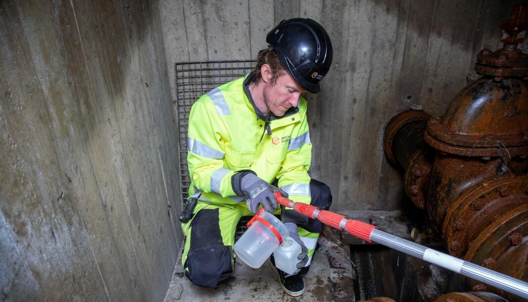 Erlend Lausund på arbeid under bakken på Furuset for å finne ut hva som forurenser bekken.