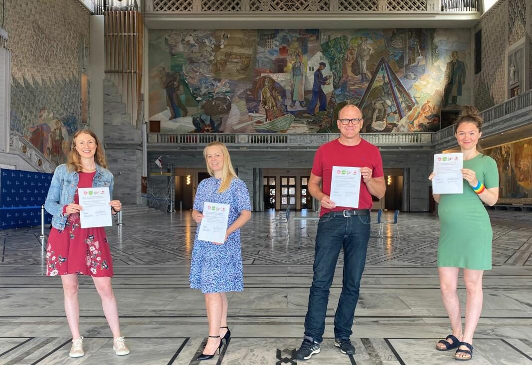Her poserer de fire rødgrønne bystyre-toppene med den nye samarbeidsavtalen. Fra v. Sunniva Holmås Eidsvoll (SV), Eivor Evenrud (Rødt), Frode Jacobsen (Ap) og Sigrid Z. Heiberg (MDG).