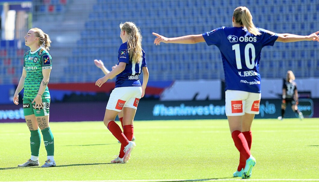 Synne Jensen og Amanda Adradottir jubler mens Klepp-spillerne fortviler i sommervarmen.