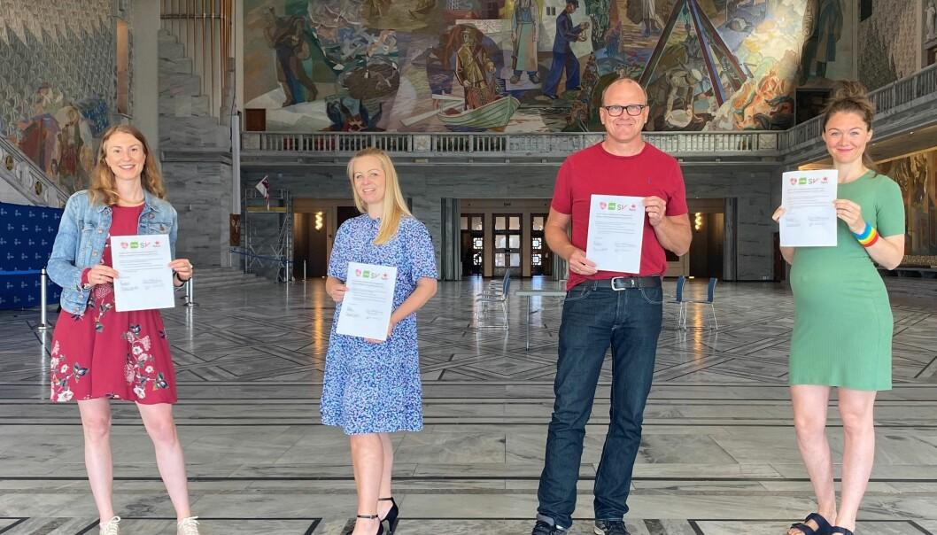 Sigrid Z. Heiberg (ytterst til h.) med avtalen MDG signerte med Sunniva Holmås Eidsvoll (SV), Eivor Evenrud (Rødt) og Frode Jacobsen (Ap).