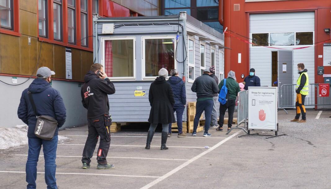 Her køen ved koronateststasjonen på Rommen i bydel Stovner. Koronasmitten er i ferd med a stabilisere seg, og byen er gjenåpnet. Foto: Torstein Bøe / NTB