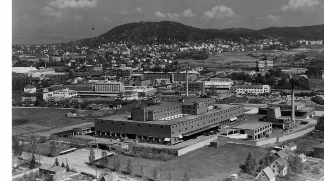 Etter brennevinsforbudet ble opphevet i 1927 ble det besluttet å bygge et produksjons og tappeanlegg på Haslevangen, det såkalte Vinslottet. Bildet er fra 1958.