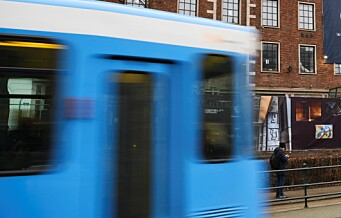 To kollektivulykker på samme dag: En kvinne skadd da buss og trikk kolliderte på Solli plass