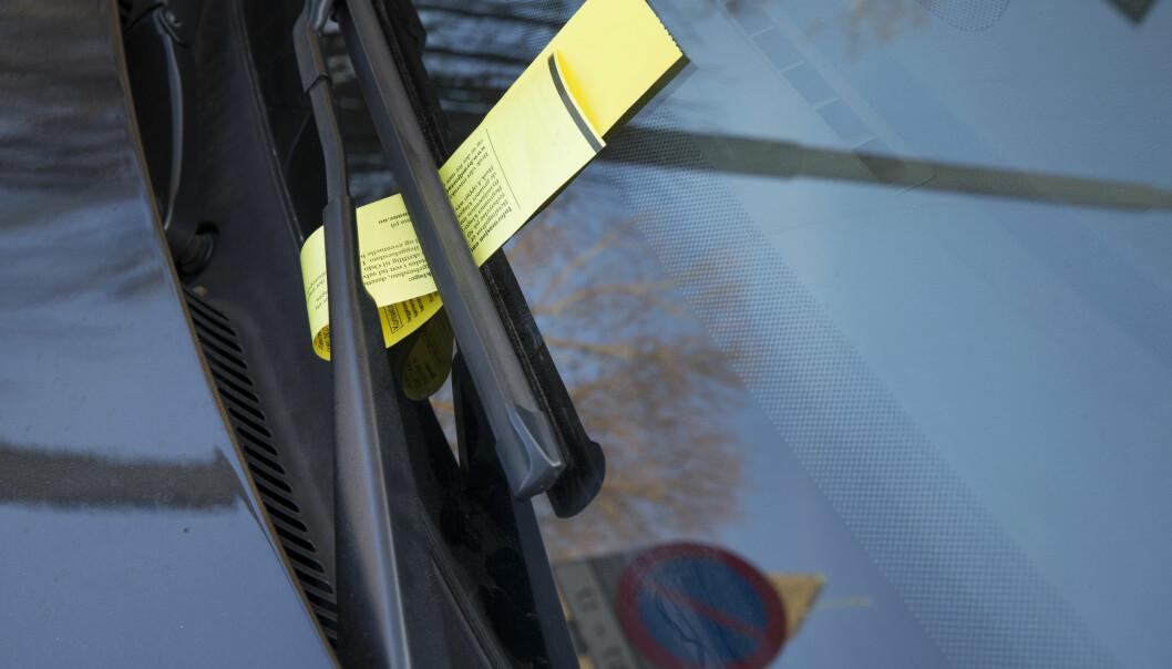 Umiddelbart etter at 58-åringen hadde satt seg inn i bilen kjørte han albuen hardt i ansiktet og nesa på parkeringsvakten.