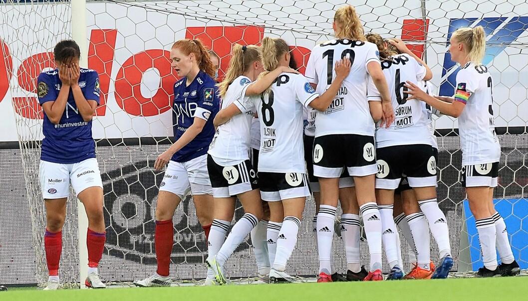 Vålerenga-spillerne fortviler etter å ha tapt toppkampen mot Rosenborg på overtid.