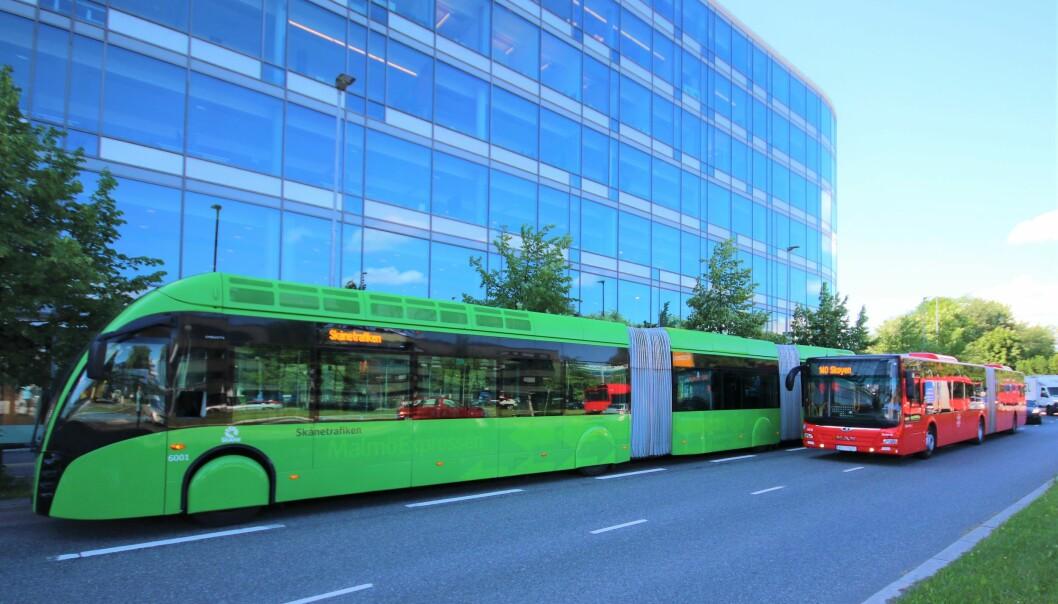 Se forskjellen! Til høyre den vanlige leddbussen på rute 20 mellom Galgeberg og Skøyen, mens superbussen til venstre er 24 meter lang og har to ledd.