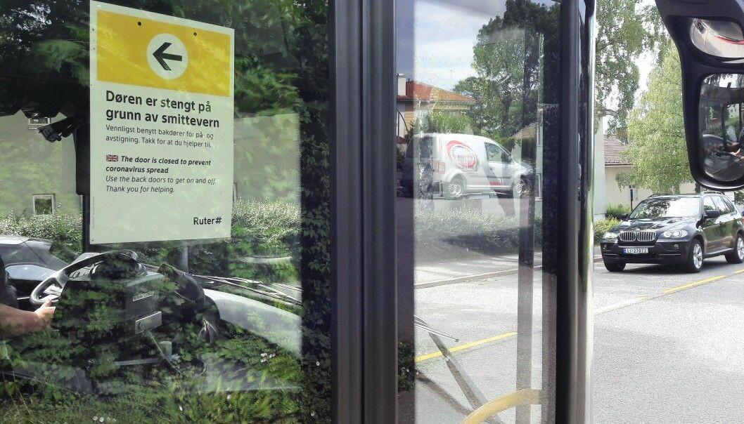 Slik har det vært på busser i Oslo siden rett etter utbruddet av korona i mars i fjor. Nå vil Ruter snart at fordørene gjenåpnes.