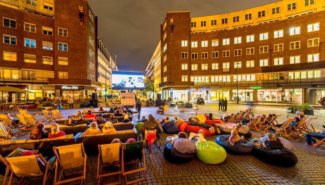 Bilfritt sentrum har ikke bidratt til at byrådsartiene har klart å holde løftet om å redusere klimagassutslippene, skriver Eirik Lae Solberg. Her Rådhusplassen som utekinosal.