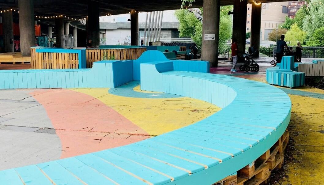 Aktivitetsparken har flere ballbinger og bordtennisbaner. Mye av installasjonene er bygget opp av paller.