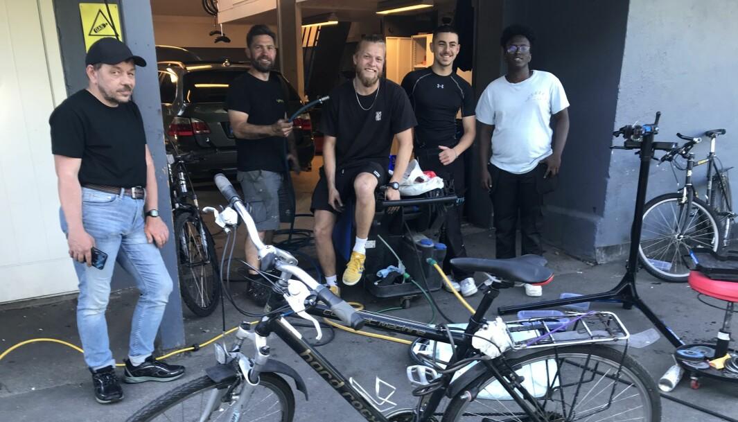 De fikser sykkkelen din gratis i sommer. Fra høyre Abdoalrahman-zadik Mohammed, Hannibal Eljeries, Emil Dalslåen (i midten), Martin Andersen og Roy Ergan.