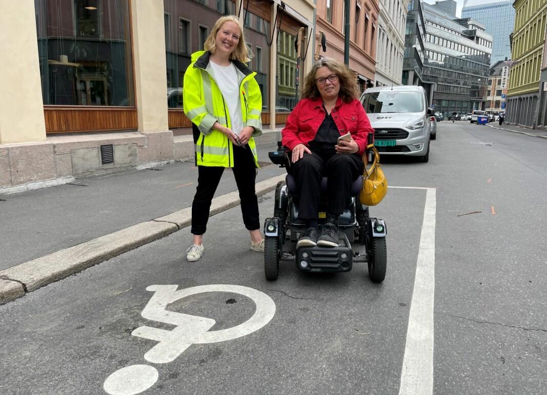 Sesilie Bjørdal i bymiljøetaten og Magnhild Sørbotten, Handikapforbundets regionleder for Oslo, er fornøyde etter å ha funnet en ledig HC-parkeringsplass ved Youngstorget ved hjelp av Bil i Oslo-appen.