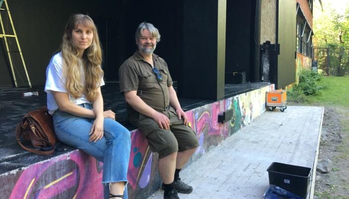 Kunstnerisk ansvarlig på Blå, Marit Soldal, og styremdlem Stefan Jansen har vært med å gjøre klar den midlertidige scenen og festivalprogrammet på Blå i sommer.