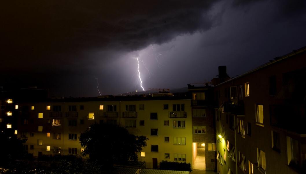 Bildet er fra et voldsomt lyn- og tordenvær som traff Oslo en julinatt i 2008. Bildet er tatt fra Sandaker i retning Holmenkollen. Foto: Håkon Mosvold Larsen / NTB