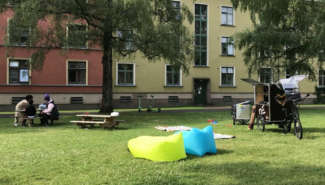 Fra sykkelbiblioteket på Haarklous plass kan du låne leker, ballspill eller bøker, som du kan nyte i skyggen av et tre.