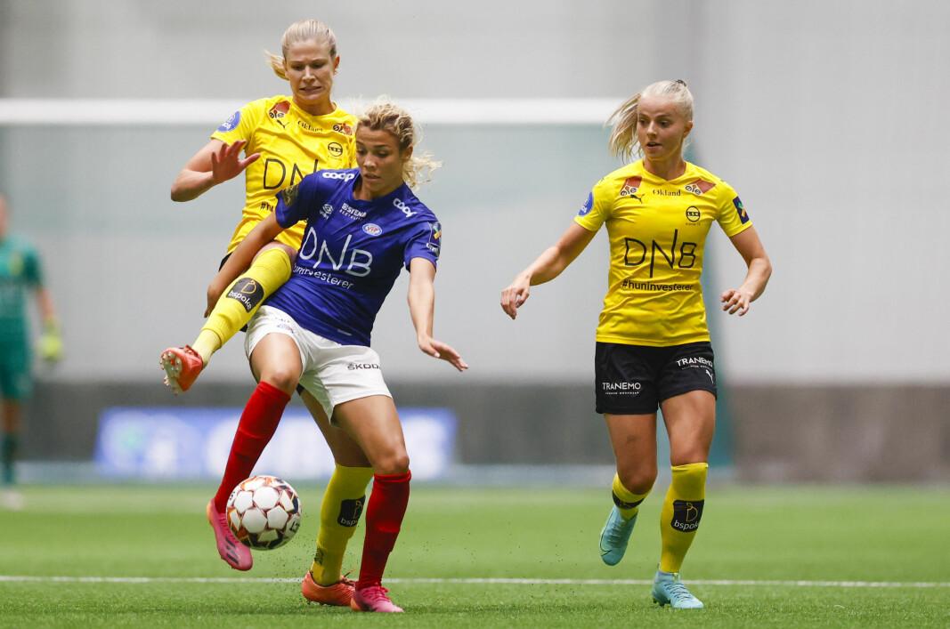 Celin Bizet Ildhusøy (t.v.) i duell med LSK-spillerne Justine Vanhaevermaet og Emilie Woldvik i onsdagens seriekamp.