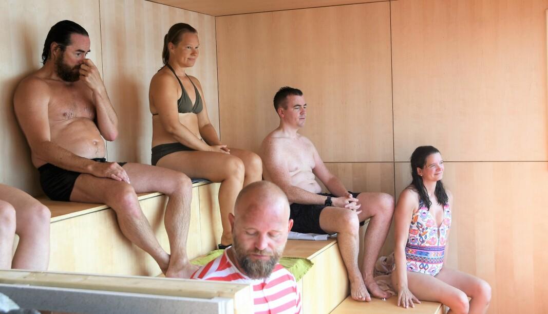 Stor interesse for å være først ute i den nye badstua på Langkaia. Frode Steen Jacobsen øverst til venstre i bildet.