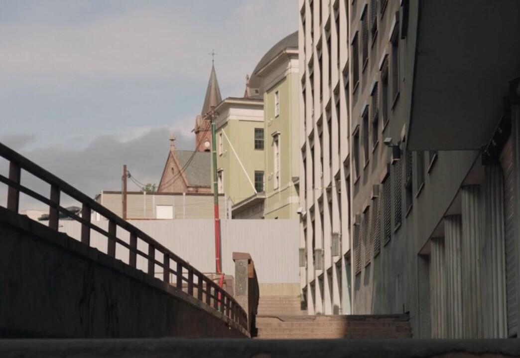 Deichman og Trefoldighetskirken sett fra trappene opp fra Møllergata.
