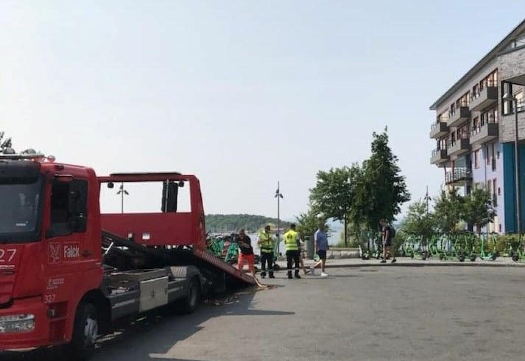 Bymiljøetaten og redningstjenesten Falck bruker lastebil til å fjerne elsparkesykler fra Sørenga lørdag ettermiddag.
