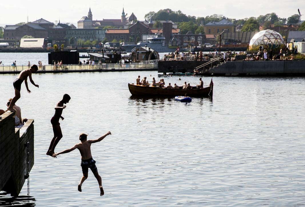 Yrende badeliv ved Sørenga lørdag. Nå fortsetter det varme været i Oslo og torsdag den kommende uken blir varm, tror meteorologene.