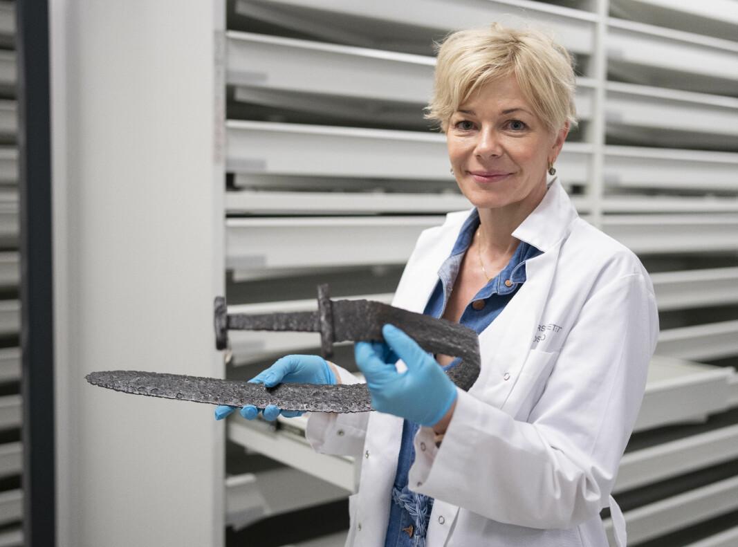 Kulturhistorisk museum ved Universitetet i Oslo får inn mange av disse funnene. Senioringeniør Hanne Lovise Aannestad ved Arkeologisk seksjon viser frem et sverd fra vikingtiden