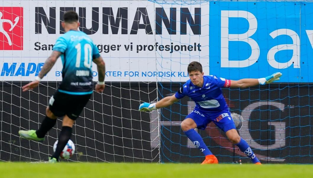Aron Dønnum kan ha spilt sin siste kamp før overgang til belgiske Standard Liege. Her scorer han på straffe mot Haugesund, men måtte innse at Vålerenga taper 3-1.