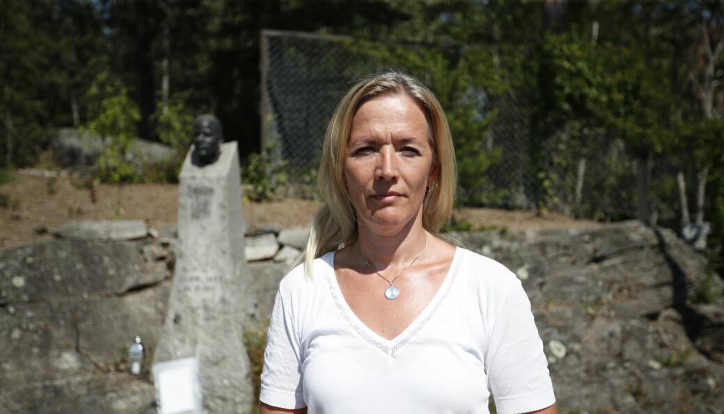 Minnesmerket over Benjamin Hermansen har blitt tagget ned, to dager før tiårsmarkeringen av 22. juli. Kristina Lie-Hagen var raskt på stedet og var med på å fjerne det som ble tagget på minnesmerket.