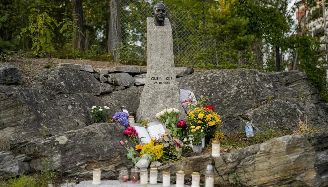 Befolkningen på Holmlia tenner lys og legger ned blomster ved minnesmerket etter Benjamin Hermansen. Tidligere på dagen ble minnesmerket utsatt for hærverk. Foto: Fredrik Hagen / NTB