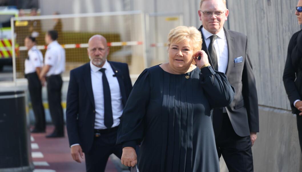 Statsminister Erna Solberg ankommer minnemarkeringen i regjeringskvartalet. Foto: Geir Olsen / NTB / POOL