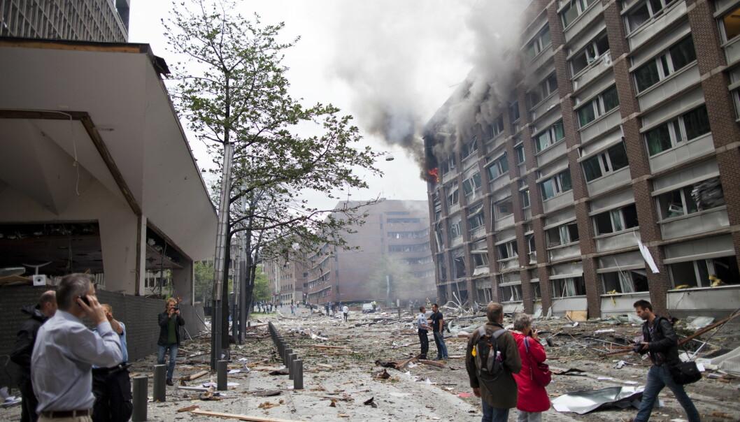 Bomben gikk av rett utenfor inngangen til Høyblokka i regjeringskvartalet klokken 15.25 fredag den 22. juli i 2011. Dette er et av de første bildene fra terrorangrepet. Arkivfoto: Thomas Winje Øijord / NTB