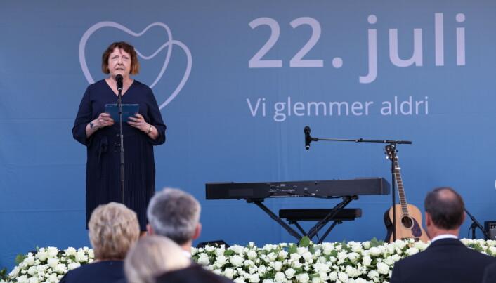 Leder for Nasjonal Støttegruppe 22. juli, Lisbeth Kristine Ryneland, under minnemarkeringen. — Hva ville de som ikke er her i dag, tenkt om oss nå, spurte hun. Foto: Geir Olsen / NTB / POOL