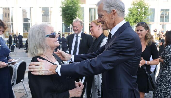 Gro Harlem Brundtland og Ap-leder Jonas Gahr Støre var til stede på minnemarkeringen. I bakgrunnen ser vi blant annet byrådsleder Raymond johansen. Foto: Geir Olsen / NTB / POOL