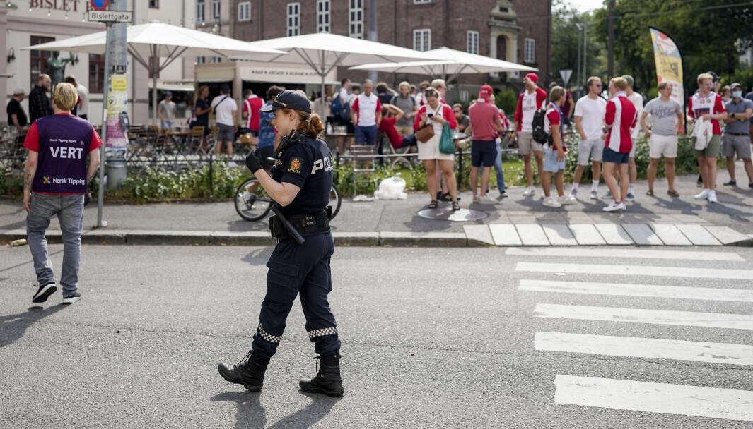 Politiet er utenfor Bislett stadion der det har vært bråk mellom fotballsupportere før i NM-kampen i fotball mellom Lyn og Vålerenga på Bislett stadion. Foto: Fredrik Hagen / NTB