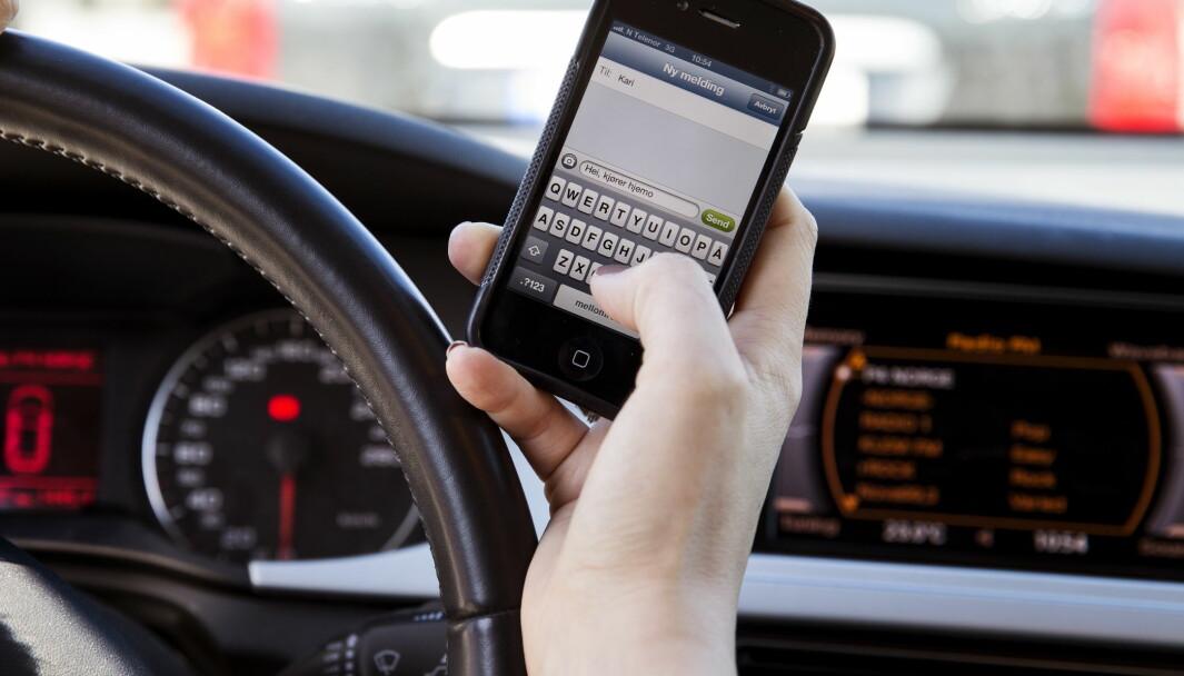 Oslo  20130502.Reglene for bruk av mobiltelefon i bil har blitt innskjerpet. Illustrasjonsfoto. Tekstmelding. SMS.Foto: Erlend Aas / NTB