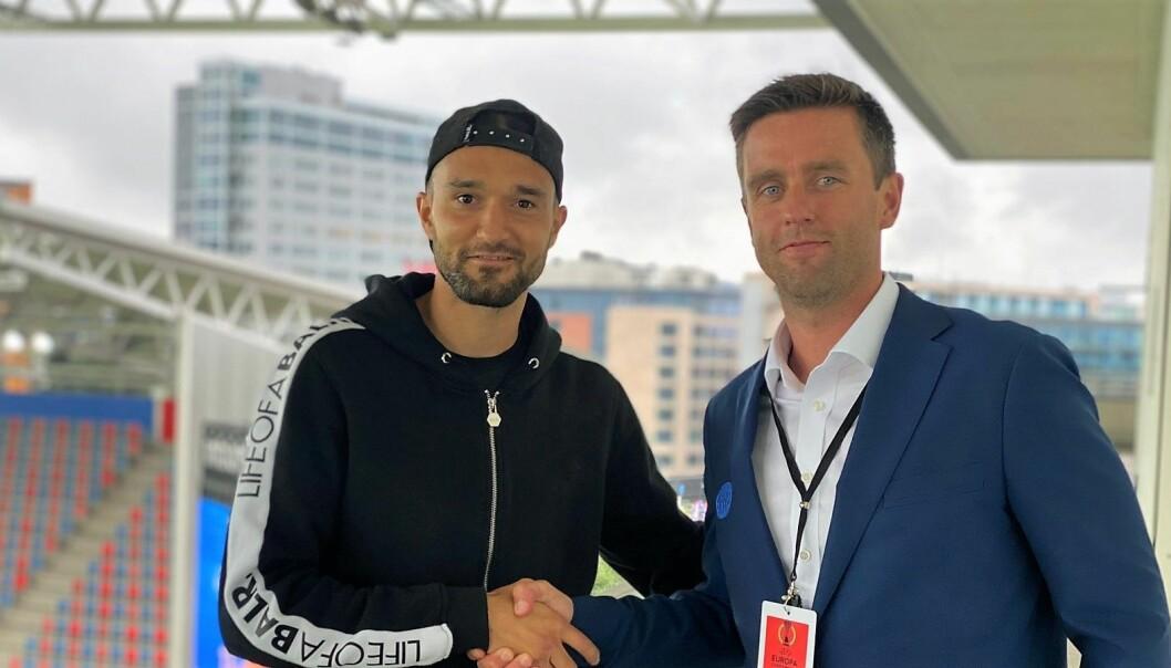 Leonard Zuta ønskes velkommen til Vålerenga fotball av sportslig leder, Jørgen Ingebrigtsen.