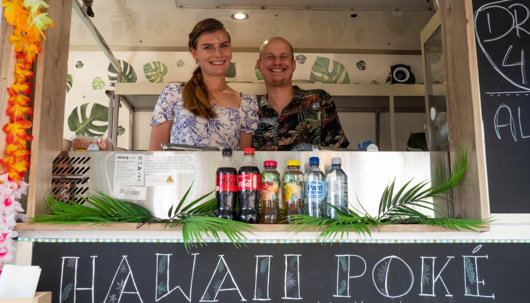 Det sjarmerende paret Justyna og Jaroslaw (34) serverer hawaiisk Aloha Poke Bowl fra matvogna si på St. Hanshaugen.