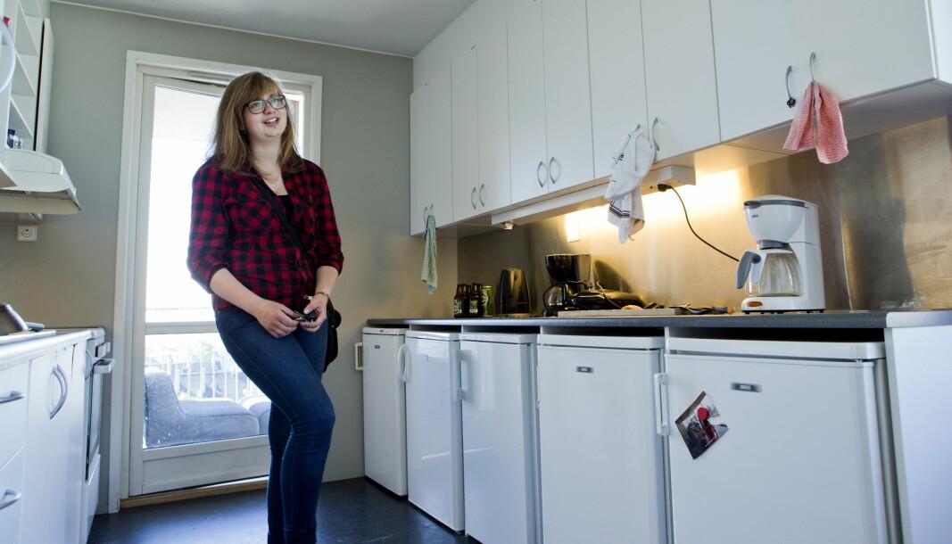 Mari Midthaug (19) tar en titt på felleskjøkkenet (med 5 kjøleskap) der hun skal bo på hybel i et fellsskap med seks andre.