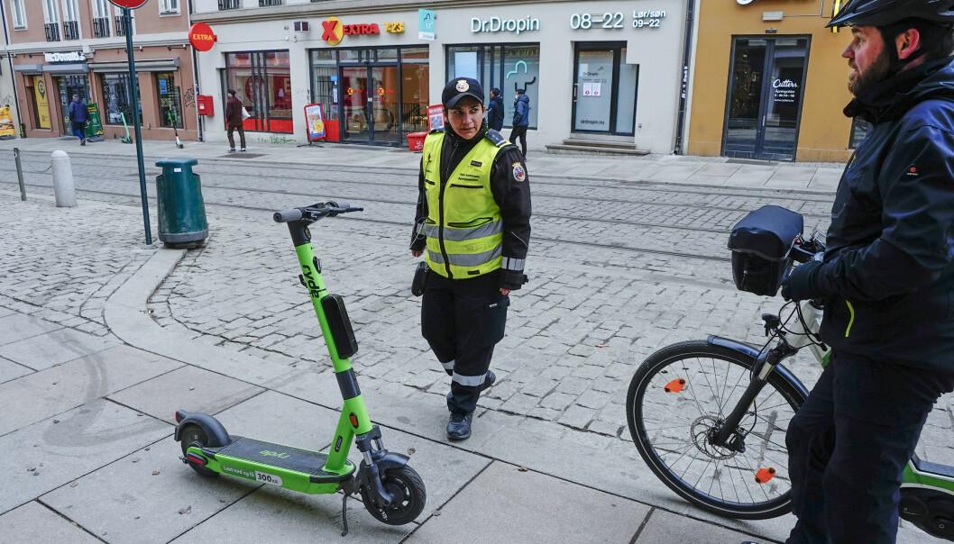 Seksjonssjef Bjørn Håvard Hynne i bymiljøetaten (t.h.) og bybetjent Humma Husain (t.v.). Et vanlig spørsmål er om bybetjentene får bonus om de skriver mange gebyrer.