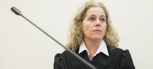 Tiltalt 47-åring nekter skyld for å ha kvelt sin egen mor