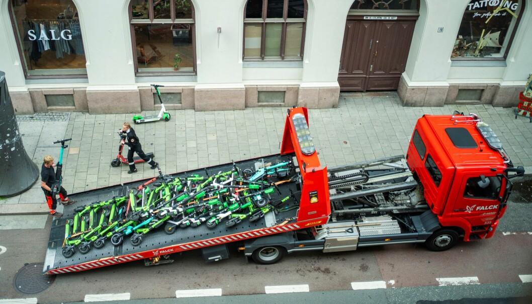 Her fjerner Bymiljøetaten og Falck fjerner feilparkerte elektriske sparkesykler i Skippergaten i Oslo sentrum en tirsdag i august. Nå merker skadelegevakta forskjell etter at det ble innført nye regler denne uka. Foto: Håkon Mosvold Larsen / NTB