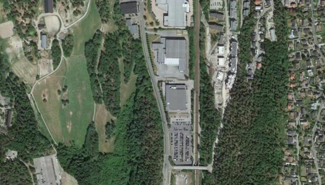 De store byggene midt i bildet tilhører nå Obos. Til venstre går Rosenholmveien, til høyre går jernbanen.
