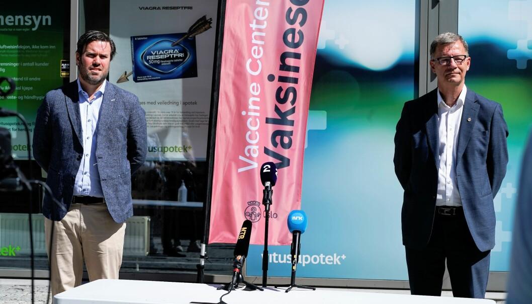 Helsebyråd Robert Steen, etatsdirektør og assisterende kommuneoverlege, Miert Skjoldborg Lindboe, orienterer om planene for sommervaksineringen i Oslo.
