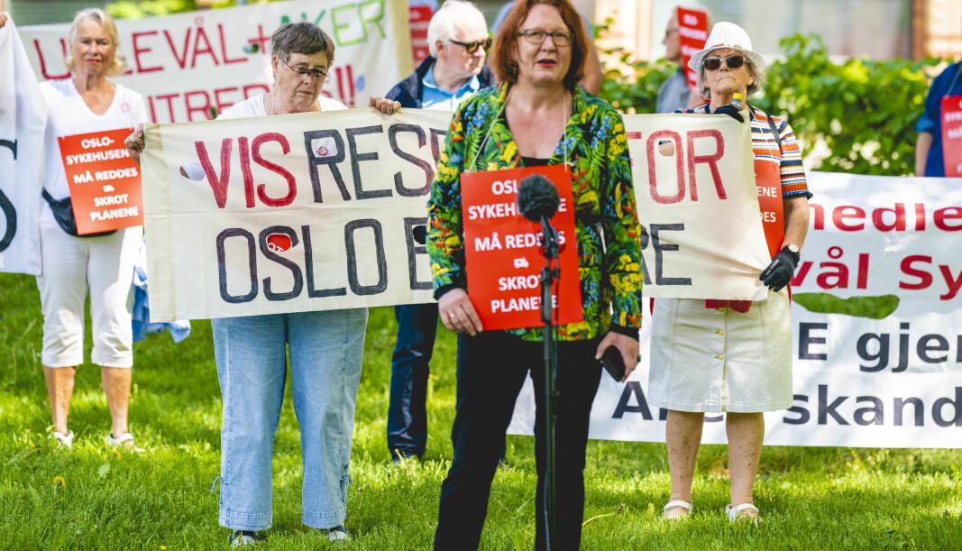 Bjørg Sandkjær i Oslo Sp holder appell til demonstrantene utenfor Ullevål Sykehus mot planene for nye sykehus i Oslo.