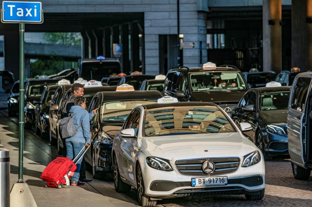 — Som om vi ikke hadde nok drosjer som sto på tomgang i Oslo fra før, innførte regjeringen i 2020 et frislipp i drosjemarkedet, skriver artikkelforfatteren.