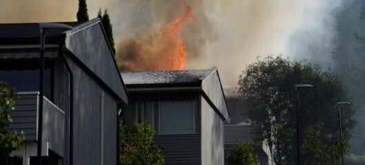 Flere evakuert i rekkehusbrann på Stovner. Brannvesenet skal ha fått kontroll over brannen