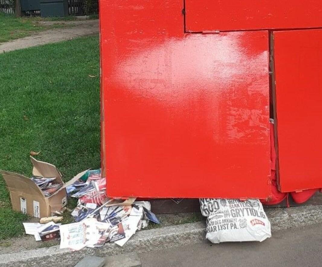 Rødt-boden er blitt flyttet på og ødelagt iløpet av natt til søndag. Poser og valgkampmateriell tyter ut fra ødelagte vegger. Nå er boden demontert og satt sammen igjen på nytt, opplyser Rødt.