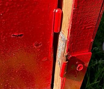 Døren er løftet av hengslene.
