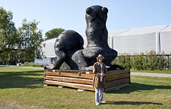 Svære skulpturer inntar Tøyen. Sebastian poserer foran sin enorme Gargouille - et verk om klimakrisen