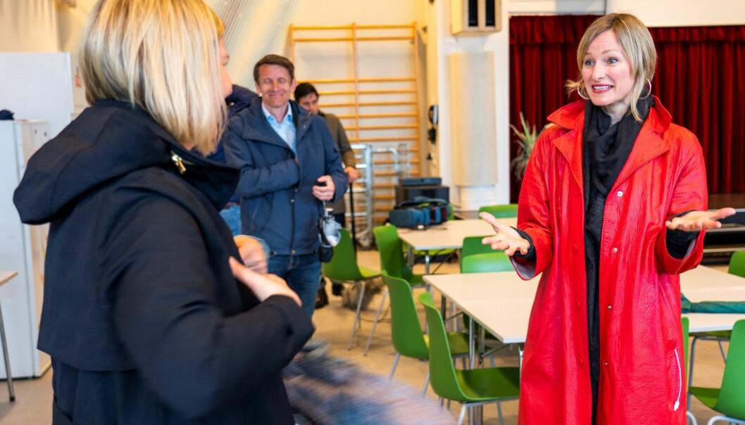 Skolebyråd Inga Marte Thorkildsen (SV) i samtale med Venstres kunnskapsminister Guri Melby (med ryggen til) på Ellingsrudåsen skole i vår.